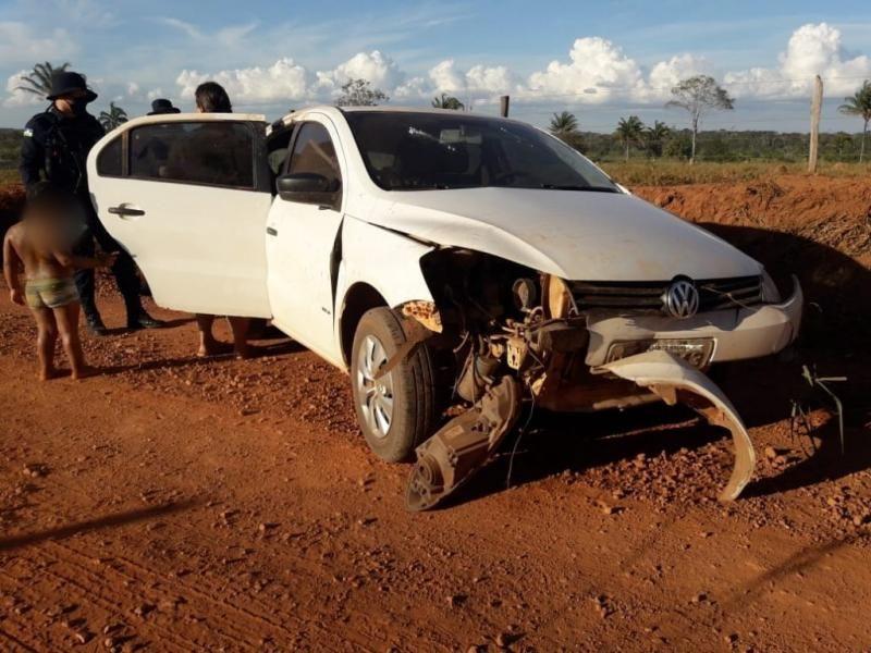 Mãe e filho saem ilesos após capotamento na zona rural de Rolim de Moura