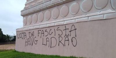 Estátua da Havan em Porto Velho é pichada com dizeres 'Hang ladrão e fascista'