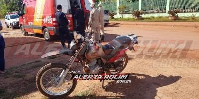 Motociclista é socorrido pelos bombeiros, após colisão com carro, no Bairro...