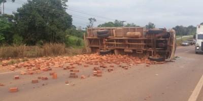 Caminhão com tijolos tomba na BR-364 e bloqueia parte da pista em Porto Velho