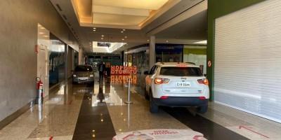 Shopping adota drive-thru e libera carros nos corredores das lojas para retirada de...