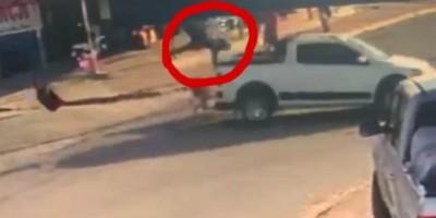Motociclista voa por cima de carro em acidente onde veículo avançou a preferencial em...
