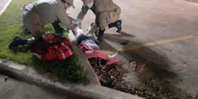 Ciclistas sofrem graves ferimentos em acidente com carro em Rolim de Moura