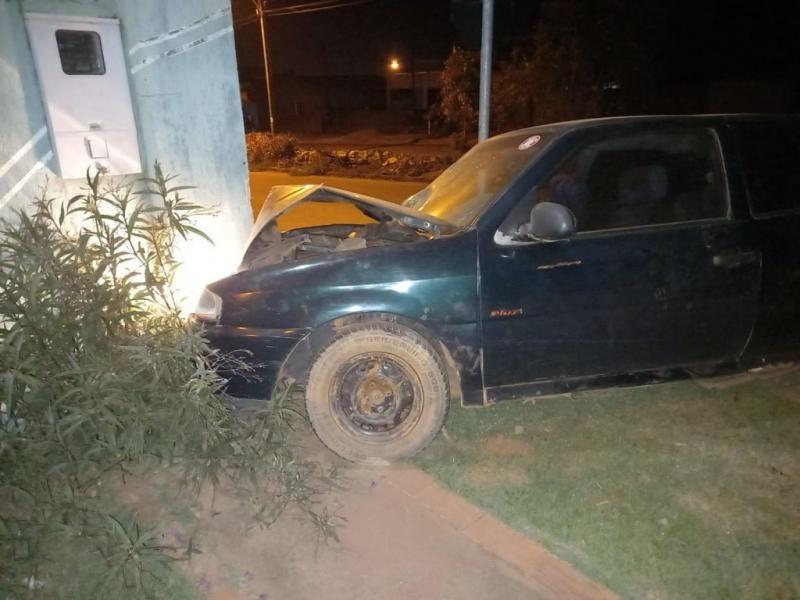 Condutor pega carro emprestado e bate em muro da casa de policial militar em Rolim de Moura
