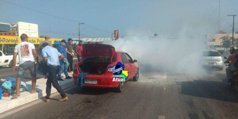 Carro pega fogo próximo a semáforo na Br-364, em Ji-Paraná