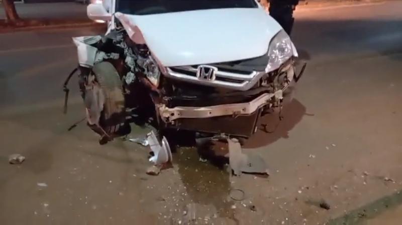 Motorista passa mal enquanto dirigia e colide carro contra poste em Porto Velho; veja o vídeo