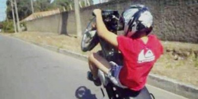 Motociclista inabilitado é preso empinando na frente de equipe da PM