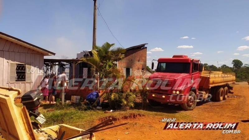 Usando baldes com água, bombeiros evitam que duas casas fossem destruídas por incêndio em Alto Alegre