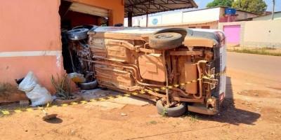 Motorista perde controle de veículo, atinge motos estacionadas e invade comércio, em...