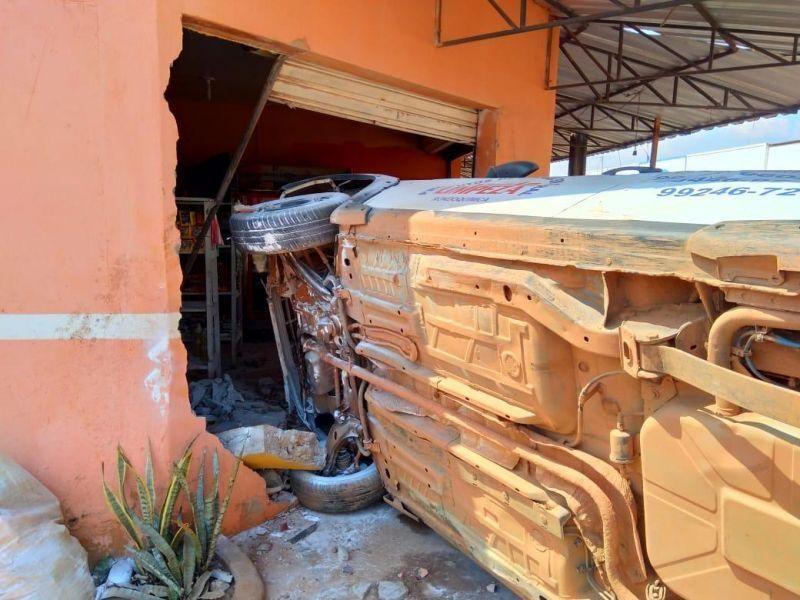 Motorista perde controle de veículo, atinge motos estacionadas e invade comércio, em Guajará-Mirim; veja o vídeo