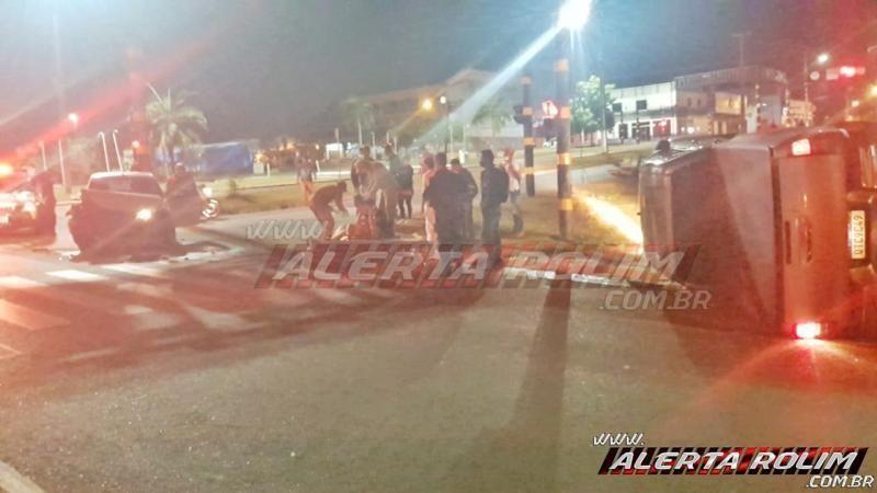 Caminhonete tomba após colisão com outro carro na 25 de Agosto em Rolim de Moura