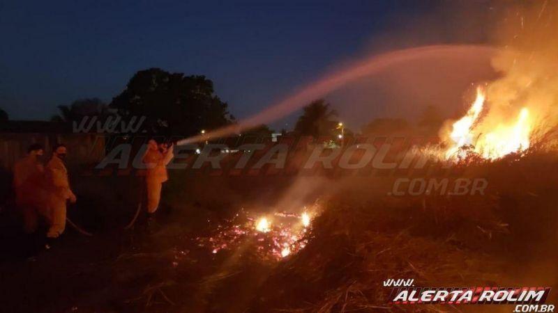 Homem é detido após atear fogo no capim seco em terreno no bairro Olímpico, em Rolim de Moura