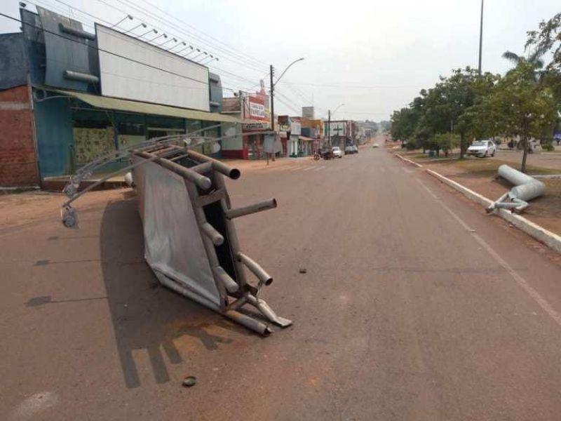 Caminhão derruba placa que pertencia a um supermercado no Centro de Rolim de Moura