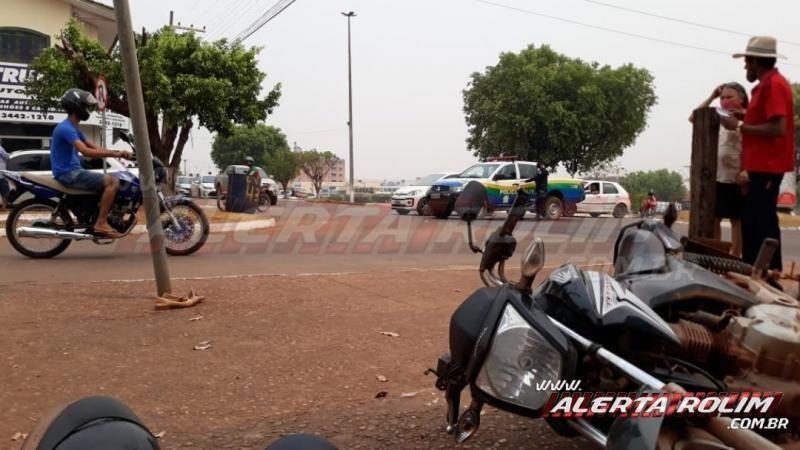 Mulher é socorrida ao Hospital após acidente entre carro e moto no centro de Rolim de Moura