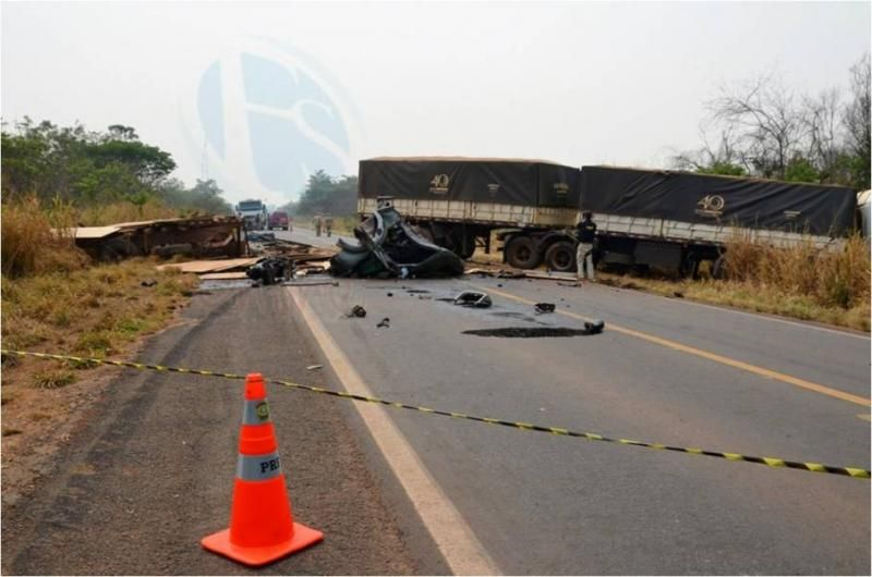 BR-364 fica interditada após acidente envolvendo caminhão e carreta; motorista morreu no local