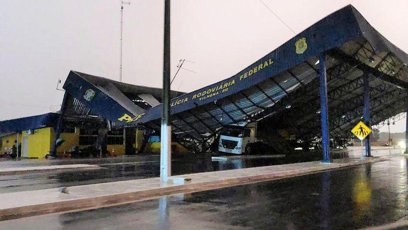 Cobertura da PRF em Vilhena despenca sobre caminhão; BR-364 ficou interditada