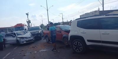 Cinco veículo se envolvem em acidente em Porto Velho; Uma pessoa fica gravemente ferida;...