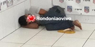 Preso por tráfico de drogas, homem dorme tranquilamente na delegacia