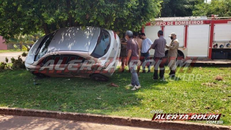 Carro fica suspenso em árvore após colisão em Rolim de Moura