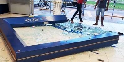 Veja o vídeo: Chuva e forte ventania derrubam porta da Caixa Econômica em Rolim de Moura