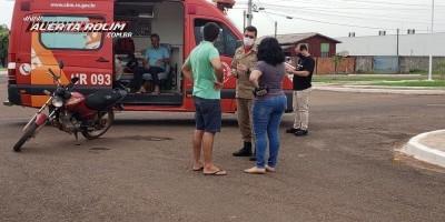 Motociclista é socorrido pelos Bombeiros após se chocar contra carro, em Rolim de Moura