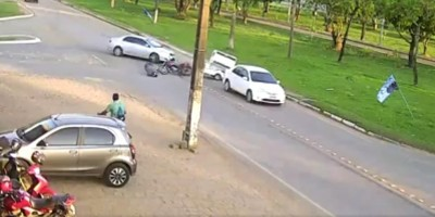 Carro invade pista, bate em moto e quase acerta ciclista durante acidente em Ariquemes;...