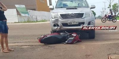 Mulher fica ferida em acidente entre Biz e Hilux em Rolim de Moura