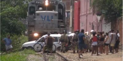 Carro é atingido por trem após 'morrer' em cima da linha férrea no RJ; veja o vídeo