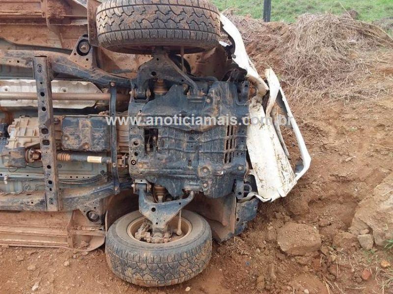 Bandidos roubam caminhonete, tombam veículo e acabam fugindo em motocicleta roubada