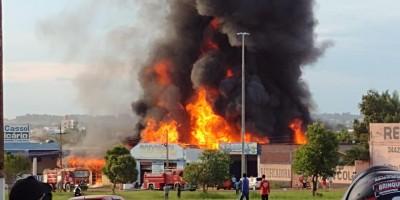Incêndio de grandes proporções destrói empresas e residência em Rolim de Moura; veja...