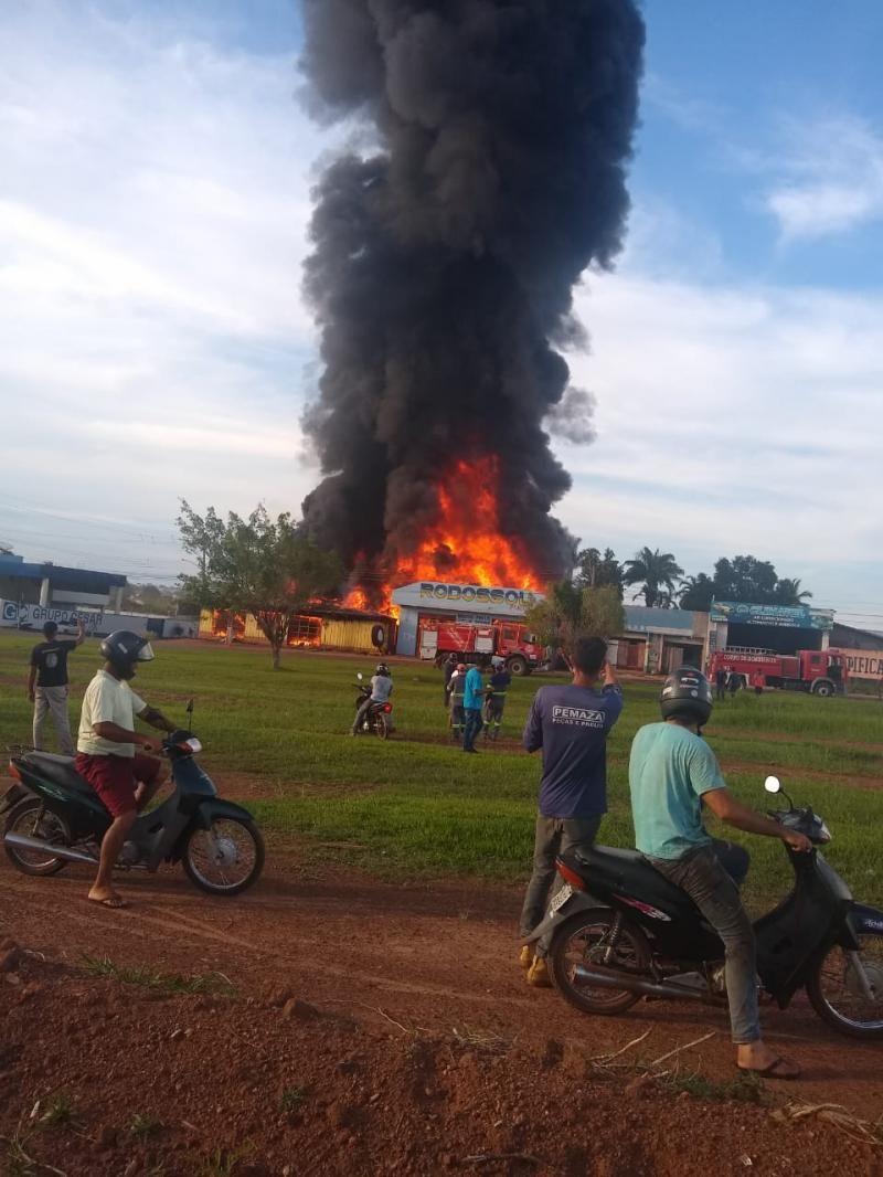 Incêndio de grandes proporções destrói empresas e residência em Rolim de Moura; veja fotos e vídeos