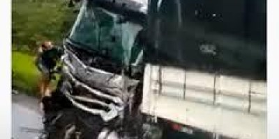 Quatro pessoas ficam feridas em acidente entre carreta e caminhão na BR-364