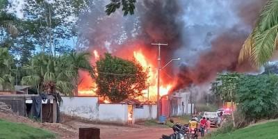 Jaru: Residência é completamente destruída pelas chamas e proprietário suspeita de...