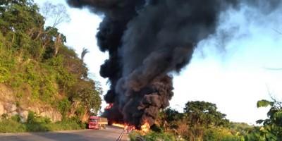 Motorista morre carbonizado após caminhão carregado de combustível explodir na BR-364...