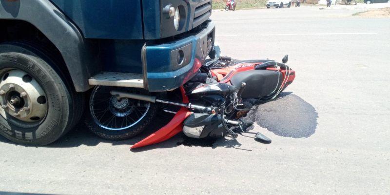 Motociclista fica gravemente ferido após colisão com caminhão na BR-364 em Jaru