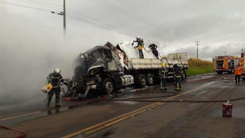 Motorista morre queimado após carreta pegar fogo em acidente em Maringá; veja vídeos (imagens fortes)
