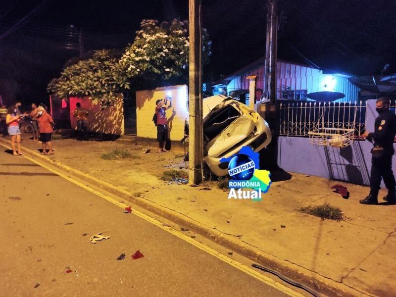 Carro fica suspenso em muro após grave colisão em Ji-Paraná