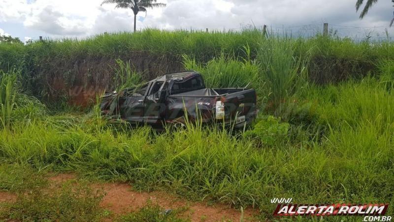 Motorista perde o controle de veículo e capota na linha 180 em Rolim de Moura