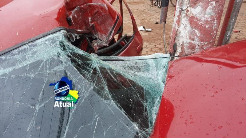 Vídeo mostra momento em que carro colide violentamente contra poste em Ji-Paraná