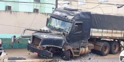 Carreta desgovernada destrói poste de energia em Jaru