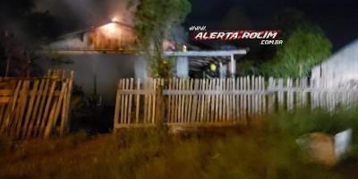 Bombeiros agem rápido e evitam que casa em madeira fosse destruída por incêndio, em...