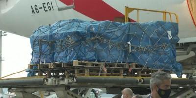 Avião com vacinas de Oxford, segunda aprovada pela Anvisa contra covid-19, chegou ao...