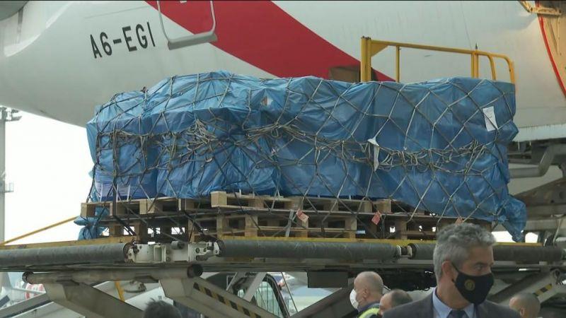 Avião com vacinas de Oxford, segunda aprovada pela Anvisa contra covid-19, chegou ao Brasil nesta sexta (22)