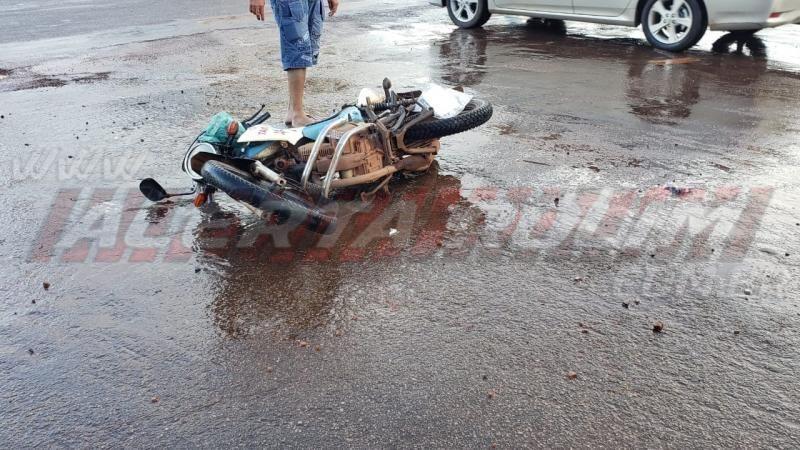 Mototaxista e passageira ficam feridos em acidente de trânsito em Rolim de Moura