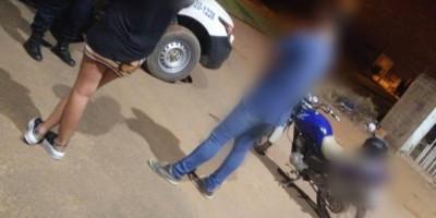 Namorados voltam para casa a pé após serem flagrados dando 'voltinha' de moto durante...