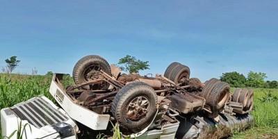 Caminhão tanque tomba na BR-364 em Jaru