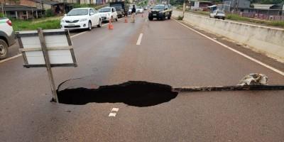 Grande volume de chuvas faz cratera 'profunda' na BR-364 em Porto Velho e asfalto ceder...
