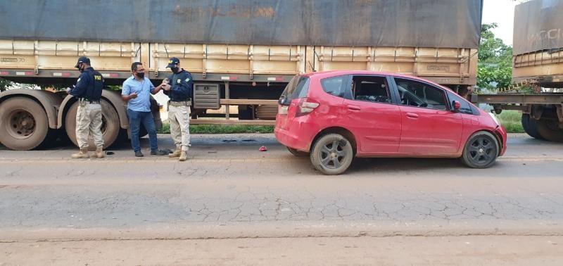 Jaru: Motorista colide contra carreta, joga cervejas fora e foge antes da chegada da polícia