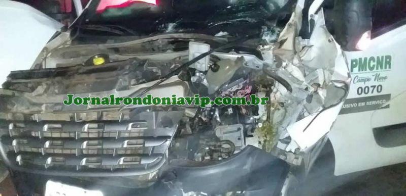 Vacas soltas na pista provocam grave acidente com ambulância na BR-421 em Campo Novo (RO)