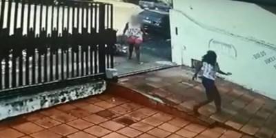 Homem abre a janela de casa e é surpreendido por mulher que atacava pessoas na rua